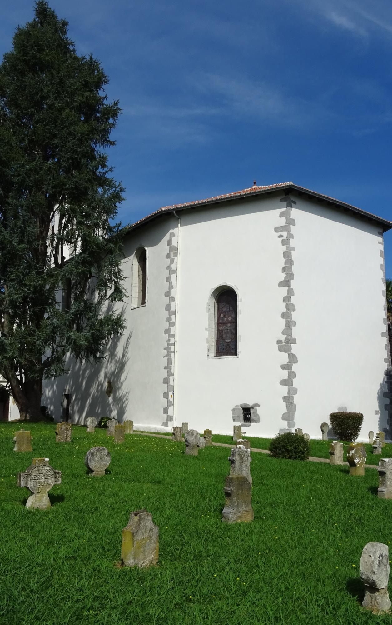 Sur le côté et à l'arrière de l'église saint Laurent de Cambo au Pays Basque on peut apercevoir l'ancien cimetière qui abrite de nombreuses stèles discoïdales et tabulaires basques du XVIIe siècle ainsi que des dalles funéraires du XVIIIe siècle.