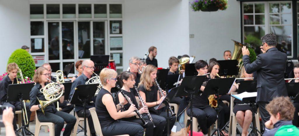 L'harmonie de Cambo lors d'un concert donné devant la mairie
