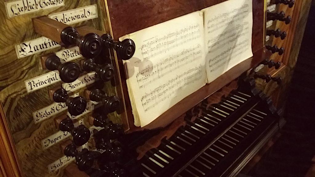 Le clavier et les tirants de l'orgue : un exemple pour comprendre le mécénat